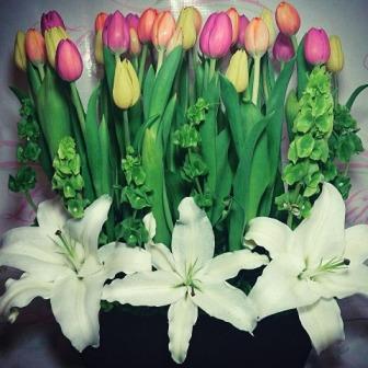 Arreglo Floral con 30 Tulipanes y Casablancas