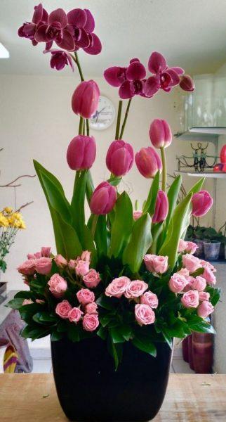 Arreglo Floral Con Tulipanes Orquídeas Y Mini Rosas Rosa
